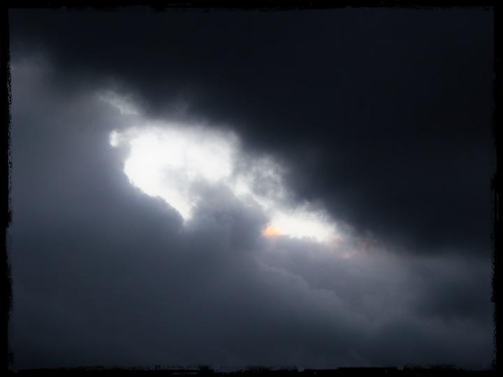 Ljus bakom molnen