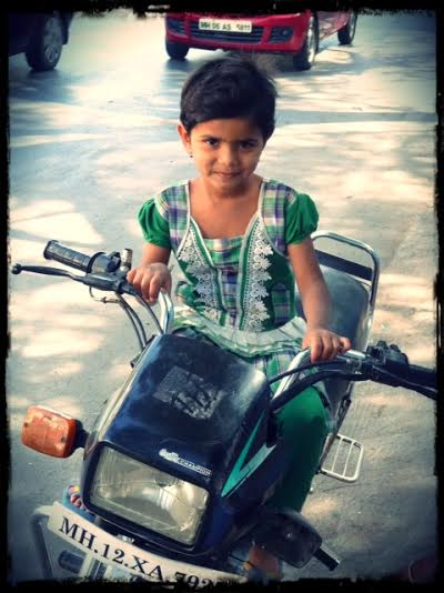 Flicka på motorcykel, 1