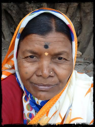 Kvinna vid banyanträd, nära
