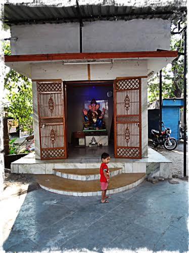Pojke utanför tempel