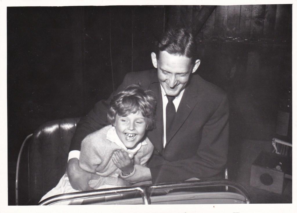 Min pappa och jag åker radiobil.