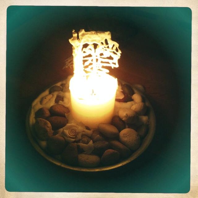 Mysigt med ljus så här års. Så här vackra blir ljus av 100 % stearin. Jag köper mina på Åhléns. Vackra och miljövänliga.