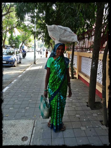 Kvinna med grönblå sari L
