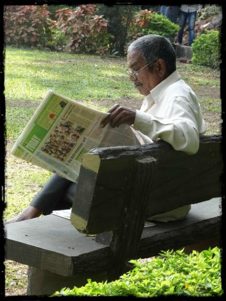 Man som läser tidningen L