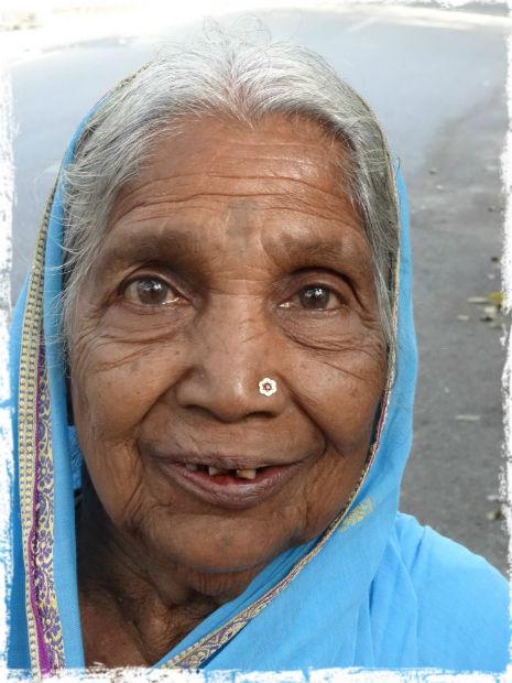 Äldre kvinna i turkos sari L