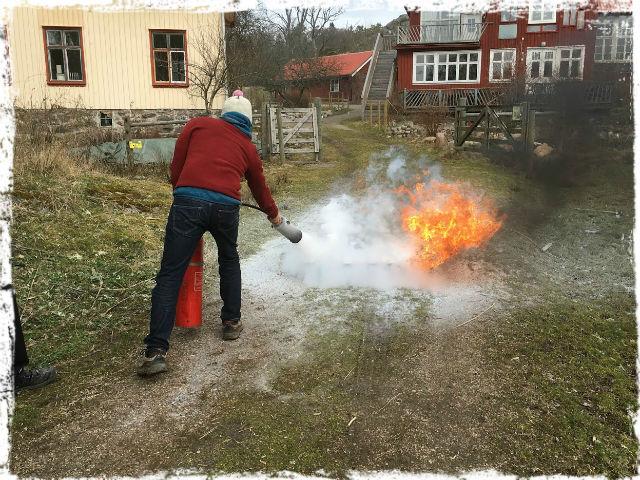 Kåre släcker eld 1 L