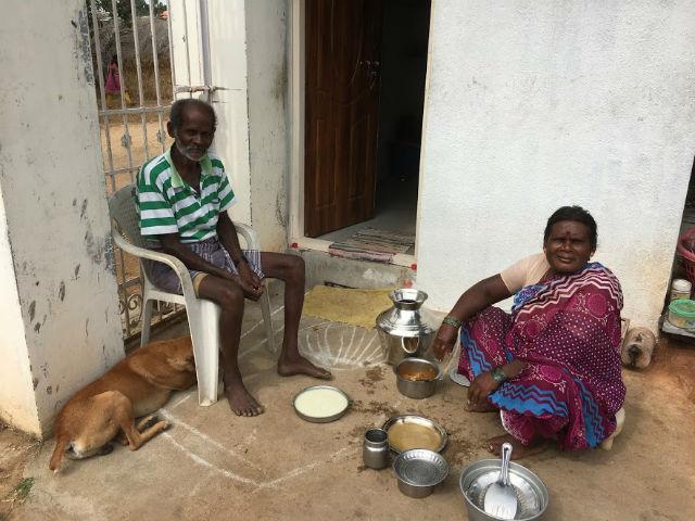 Det här fina paret tar hand om vårt hus. Det är deras getter vi matar. I detta lilla huset bor de.